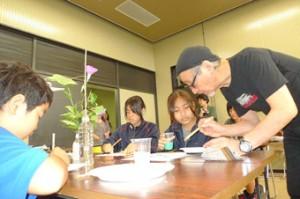 参加者たちが日本画を学びながらその魅力を満喫したワークショップ=2日、市総合博物館