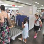 空港ロビーは県内外に出発する観光客らで混雑した=4日、宮古空港