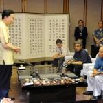 仲井真知事(右)と会談した鳩山首相(左)=4日午前、県庁(代表撮影