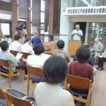 関係者で貸し出し業務スタートを祝った開館式=7日、市立平良図書館北分館