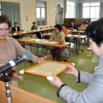 長年にわたり婦人会活動を支えた高里さん(左)に感謝状が贈られた