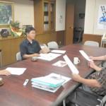 物産展への協力を下地市長(右手前)に依頼する砂川代表理事(左手前)と上地事務局長(左奥)=10日、市平良庁舎