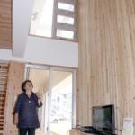床のすぐ上に設置された窓、吹き抜など風が立体的に通る仕組みなどを紹介する伊志嶺氏=13日、根間地区の市街地型エコハウス