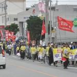 300人が平和行進を行い恒久平和を訴えた=15日、宮古島市内