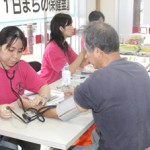 看護師や保健師が血圧測定や健康相談を実施し市民の健康をサポートした=15日、マックスバリュ宮古南店