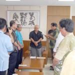 要請文を読み上げる平良会長(中央右)。中央は下地市長=18日、市平良庁舎