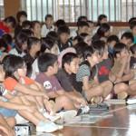 宮本さんの講話に聞き入る児童ら=18日、南小学校体育館