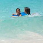 小さな波に歓声を上げる子どもたち=20日、前浜ビーチ