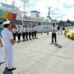 遠洋航海から元気に帰島した実習生8人を関係者が盛大に出迎えた=20日、平良港第2ふ頭