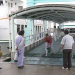 口蹄疫を水際で防止しようと人や車が出入りする離島航路の桟橋に消毒液をしみ込ませたマットを設置=24日、佐良浜港