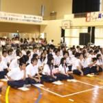 桜井氏の話に聞き入る生徒と父母たち=22日、伊良部高校体
