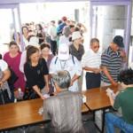 多くの市民が訪れチケットを買い求めた=25日、マティダ市民劇場